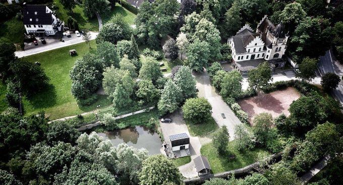 Ein Park und eine Wasserlandschaft
